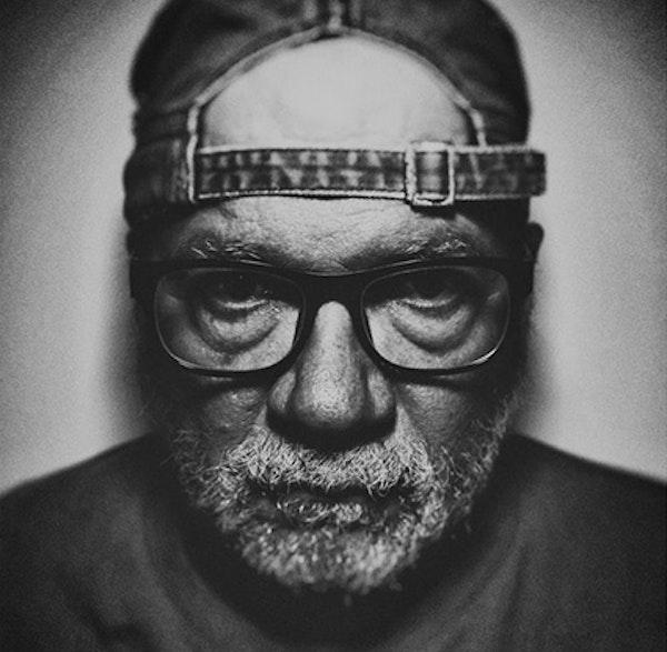 """Fotoğraf sanatçısı Cem Turgay ve """"Babamın Kitaplığı"""" podcast yayınını hazırlayan Süavi Kendiroğlu Fotoğraf Konuşmalarının bu haftaki konukları. Image"""