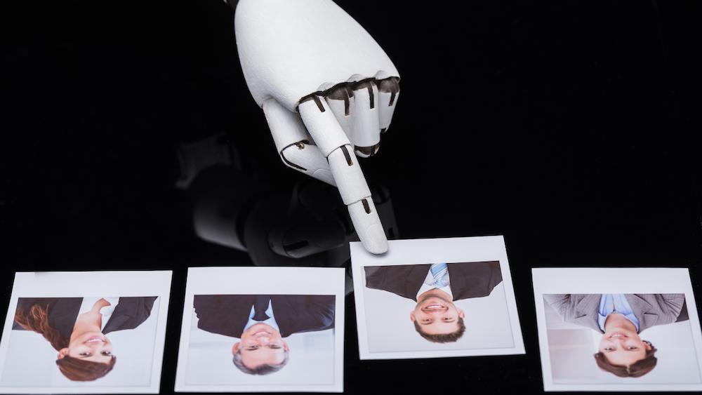 """""""Es necesario elevar las capacidades humanas para no entrar en una competencia con las máquinas"""""""