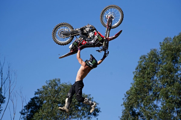 S2E04 - Freestyle Motocross Lord, Harry Bink